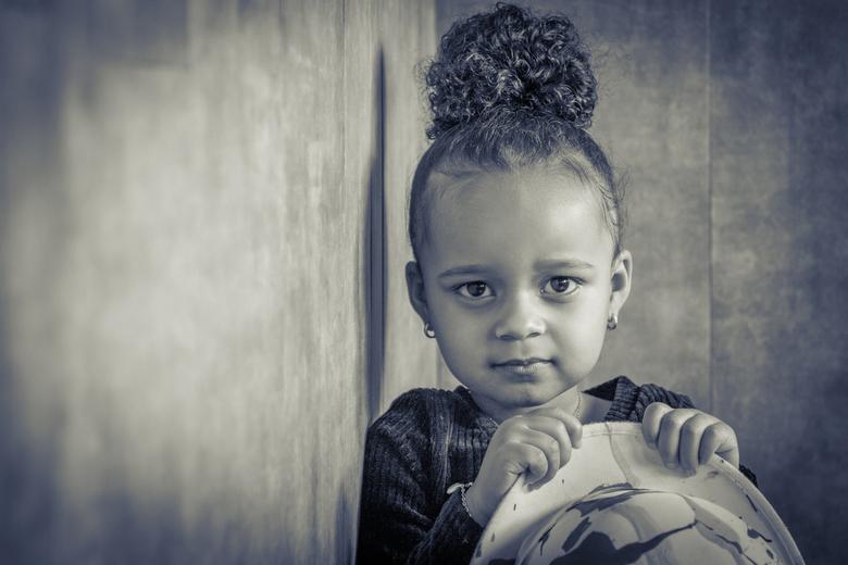 Kinderportret - Mijn eerste kinderportretjes geschoten in mijn nieuwe studio. Achtergrond is restant van de PVC vloer. Weggooien is zonde dus tegen de