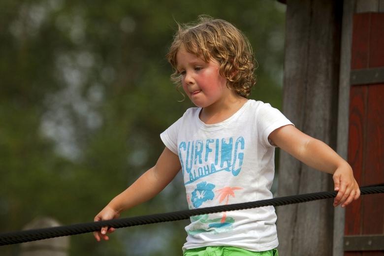 Inspanning - Dan ben je vijf....... en je wilt hetzelfde kunnen als grotere broer.....<br /> Eén van mijn kleindochters in het klimpark.<br /> Bedan