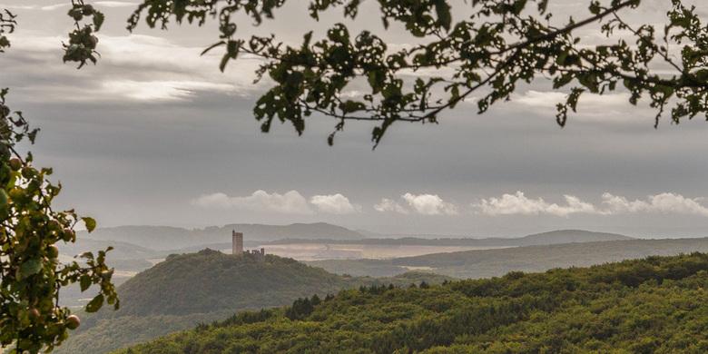 Eifel_6820.jpg - Eenzaam, oud kasteel op de resten van een vulkaan.<br /> <br /> Burg Olbrück uit de 11e eeuw.<br /> De toren is gerestaureerd, de