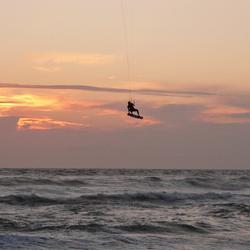 Kitesurfer op zee