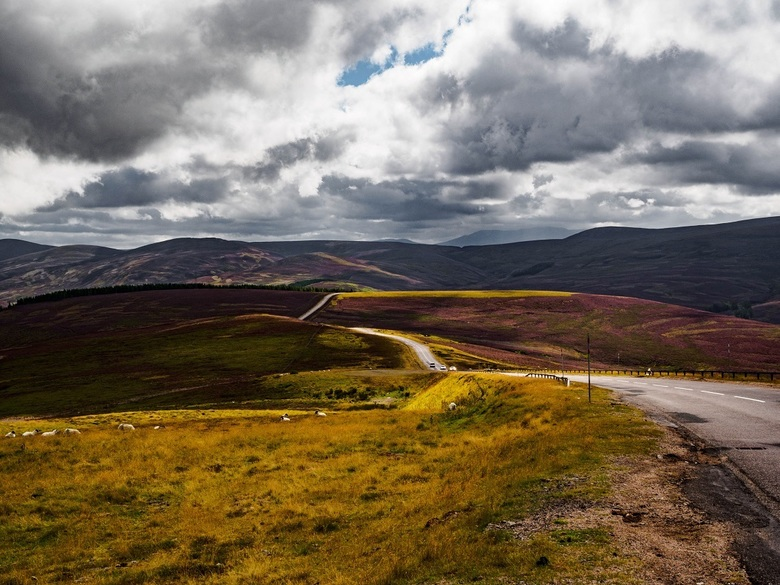 Over the Hills and far away - Een lange weg, kronkelend door het Schotse landschap, stil, verlaten en zó mooi....