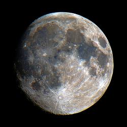 gekleurde foto van de maan