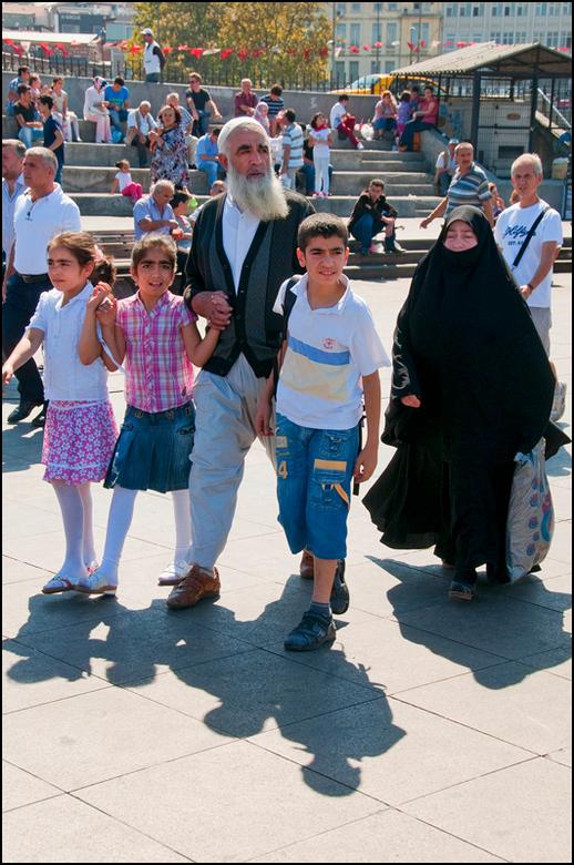 Istanbul 2012-29 - Waar wij westerlingen nog het eea van andere culturen kunnen leren, is de zorgzaamheid tov elkaar. Wij kwijten ons nog te vaak van