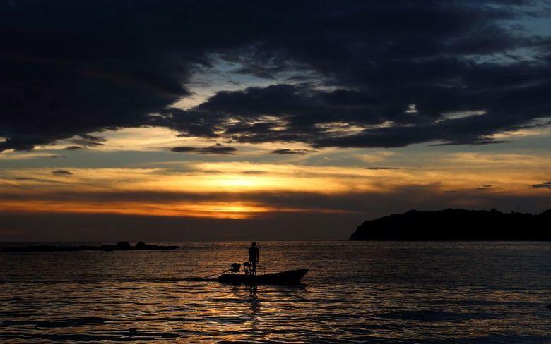 Kleine thai vissersboot 's avonds -
