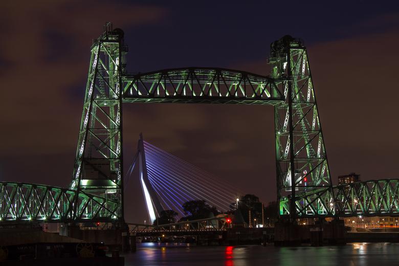 Bridges of Rotterdam - De hef en de Erasmusbrug (in een iets aangepaste kleurstelling voor bevrijdingsdag) 's avonds in Rotterdam.