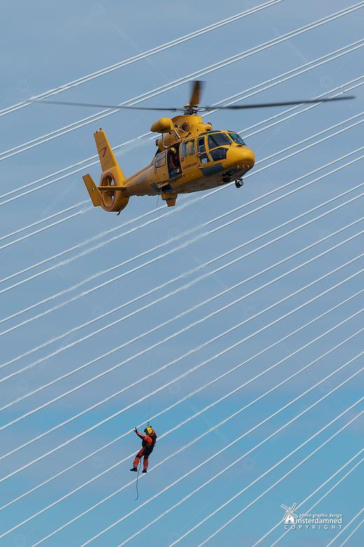 Wereldhavendagen Rotterdam 2018 - Rescue operatie tijdens de Wereldhavendagen 2018 in Rotterdam, met de erasmusbrug op de achtergrond.