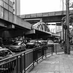 201312209129 Veel verkeer Bangkok met skytrain op de achtergrond