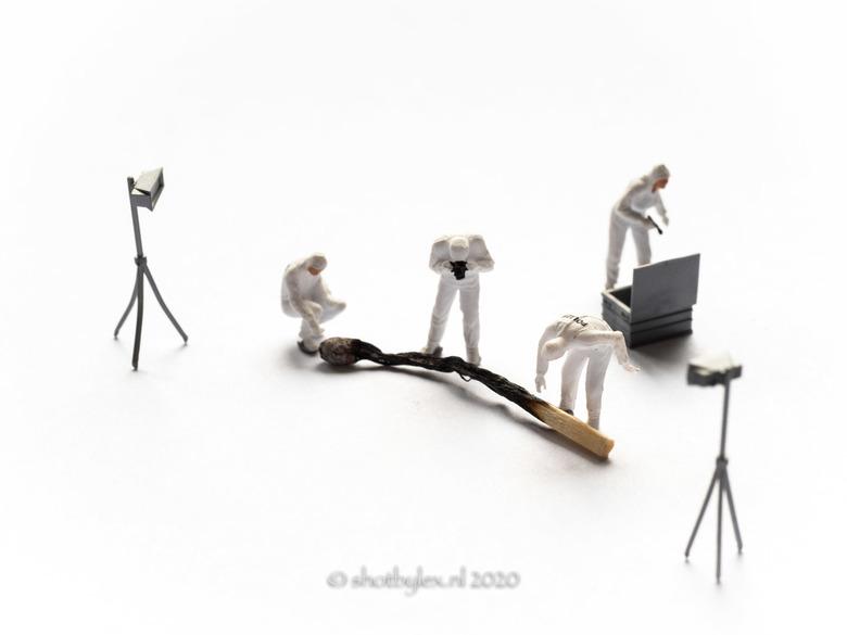 A new victim - Kleine figuren onderzoeken een verbrande lucifer