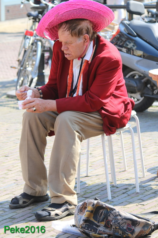 mensen0046 - Heerlijk ijsje eten, deze man kwam ik tegen in Utrecht prachtig iemand om naar te kijken