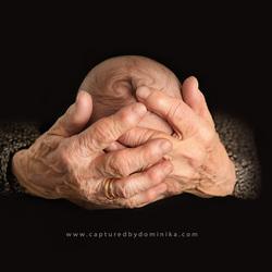 in de handen van z'n grootmoeder